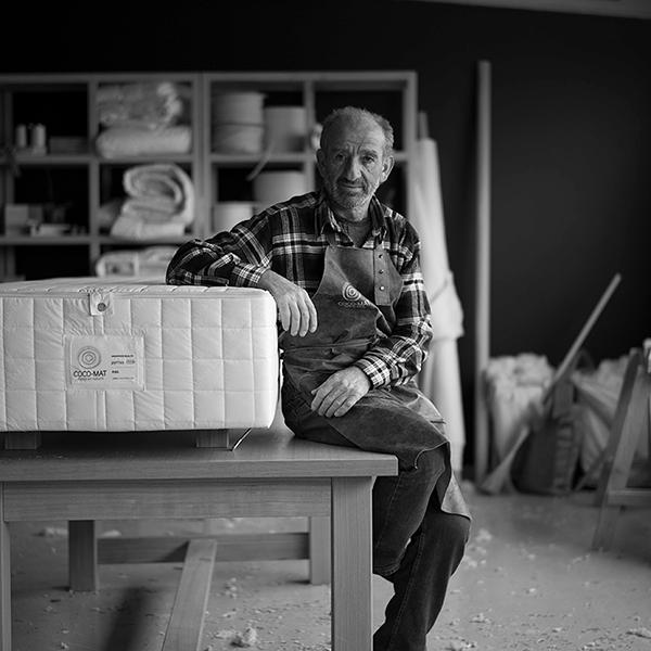 自然の知恵から導かれた発想を元に、天然素材を使用した革新的な家具を生み出す。
